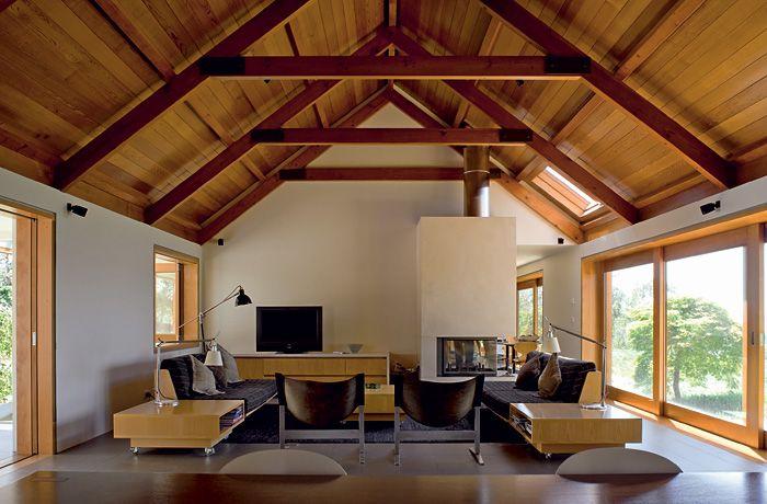 Obývačka aj spálňa na koncoch pôvodného krídla sú komfortné, vysoké priestory, do ktorých prúdi svetlo až zo štyroch strán. Medzi nimi je kuchyňa, vedľa nej kúpeľňa obložená venatinom, bielym carrarským mramorom s jemným čiernym žilkovaním a šatník, nad ktorými je povala, prístupná vysúvacím rebríkom.