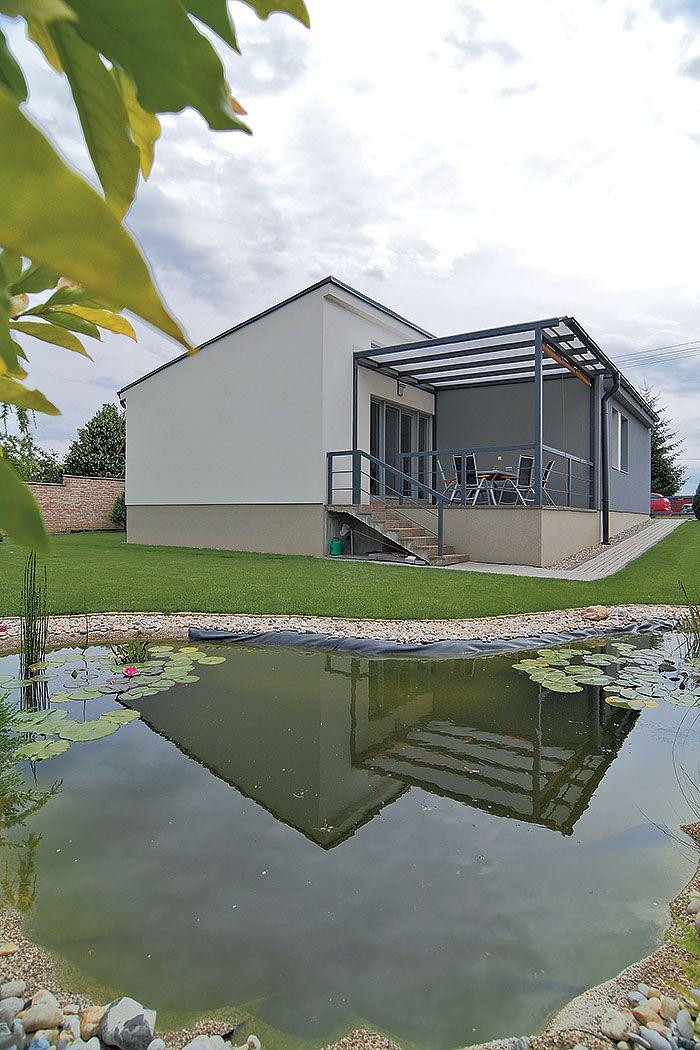 Domček je síce veľkosťou porovnateľný s väčším trojizbovým bytom, výhody rodinného domu mu však nikto neodškriepi. Samozrejme, aké by to bolo bývanie v dome bez záhrady a bez terasy?!
