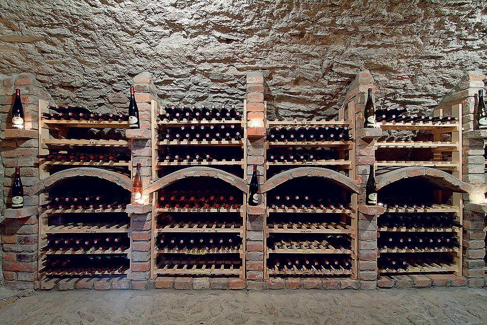Za čias Janka Lenča bola v oboch pivniciach hlinená dlážka. Oddeľovali ich drevené dvere a kamenné schody, ktorými sa zostupovalo kontrolovať zrelosť vína v dubových sudoch. Veľkosť pivnice a vzťah domáceho k vínu úzko súvisia: vopred si treba premyslieť, či v nej plánuje degustačné posedenia a či jej súčasťou bude aj priestor na archívne vína. Dva metre pod zemou sú už pre víno dobré podmienky, ale lepšia pivnica sa ocitne aj štyri metre hlboko. Čierna pleseň neškodí, biela je pre víno hrozbou.