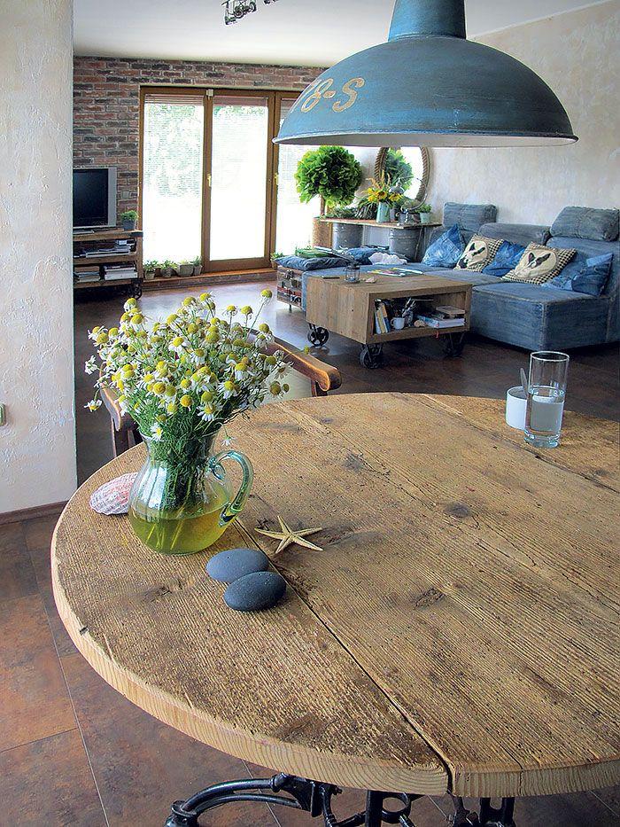 """Doska jedálenského stola je zo 100 rokov starého lešenia: """"Stolár z nej musel osekávať betón,"""" spomína Peter. """"Má rovnakú farbu a výraznú štruktúru ako pieskované drevo na iných kusoch nábytku. Akoby ich vyplavilo more – tvrdšie časti dreva sú vystúpenejšie než mäkké,"""" popisuje s nadšením."""