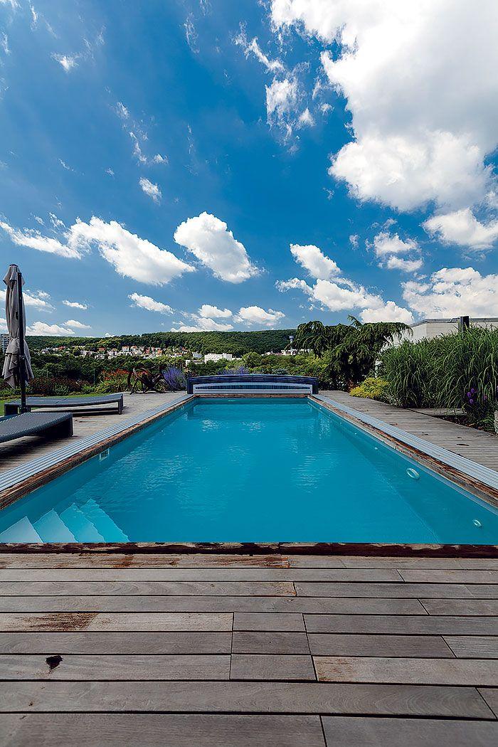 Úžasný výhľad tu na vás pôsobí na každom kroku. Užívať si ho môžete aj pri každom tempe v bazéne. Pri konštrukcii bazéna vo svahu sa majitelia spoľahli na zateplenú monolitickú železobetónovú vaňu.