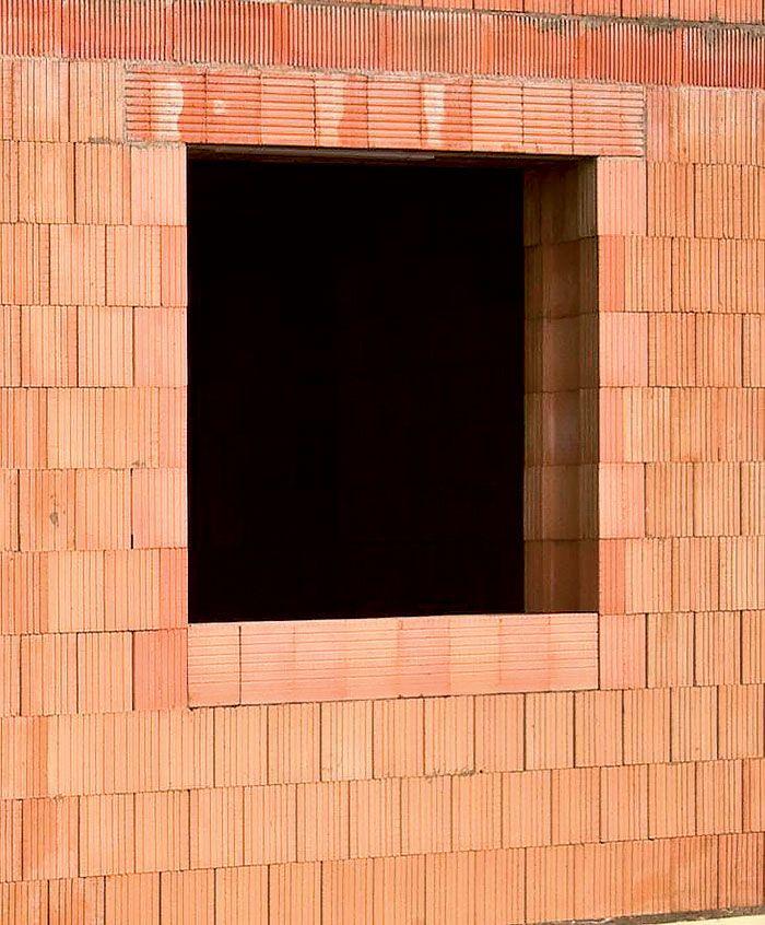 Okenný otvor vytvorený pomocou koncových tehál (ostenia a parapet) a prekladov. Súvislá kapsa v koncových tehlách sa vyplní extrudovaným polystyrénom.