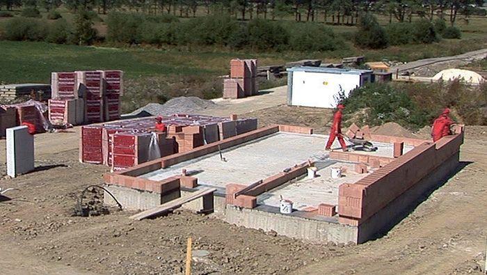 Videoseriál: Stavba domu z tehly – zakladanie prvého radu