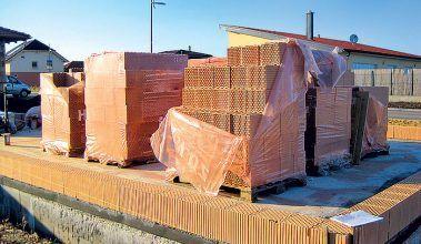 Dostatočnou ochranou tehál ešte pred zabudovaním je neporušená baliaca fólia na palete.