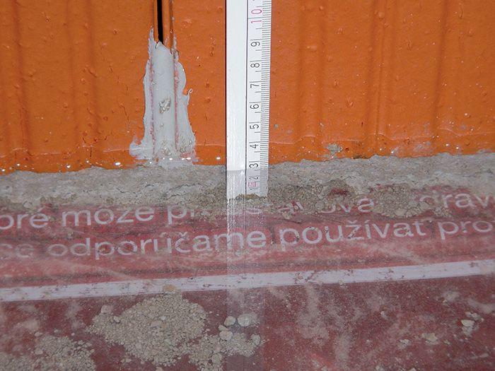 Hladina vody vo vnútri stavby – styčné škáry sú utesnené silikónom.