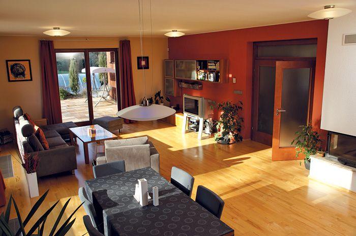 Príjemný charakter dodávajú obývacej izbe nielen slnečné lúče, ale aj zlatisté odtiene javorovej podlahy, dverí a nábytku s čerešňovou dyhou.