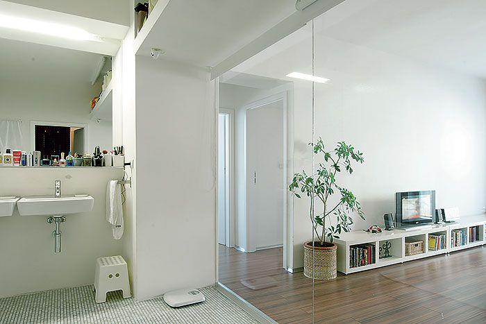 Skeletová konštrukcia dovolila vyčistiť dispozíciu bytu, a od minimalizmu jeho majitelia neustúpili ani pri zariaďovaní či voľbe farebnosti. Aj táto jednoduchosť prispela k pocitu veľkého a vzdušného priestoru.