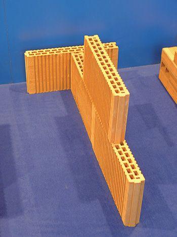 Tehlové priečkovky s hrúbkou 8 cm (výsledná omietnutá stena bude mať hrúbku 10 cm).