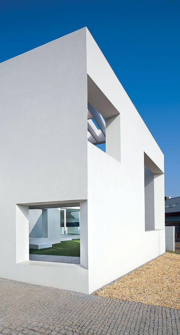 Aj keď architekti pôvodne uvažovali o ľahčenom tepelnoizolačnom betóne, v tomto prípade sa pod bieloskvúcou fasádou ukrýva poctivá tehla.