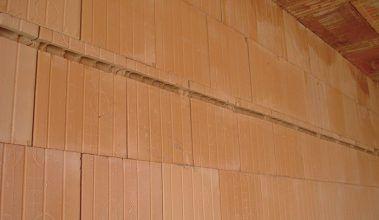 Tehlová stena oslabená vedeniami.