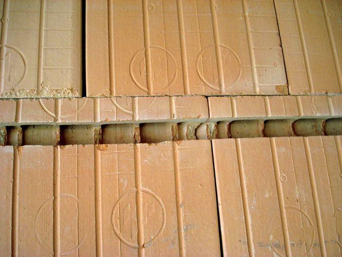 Na vytvorenie drážky v tehlovej stene sa odporúča použiť elektrickú drážkovačku alebo aspoň uhlovú brúsku.