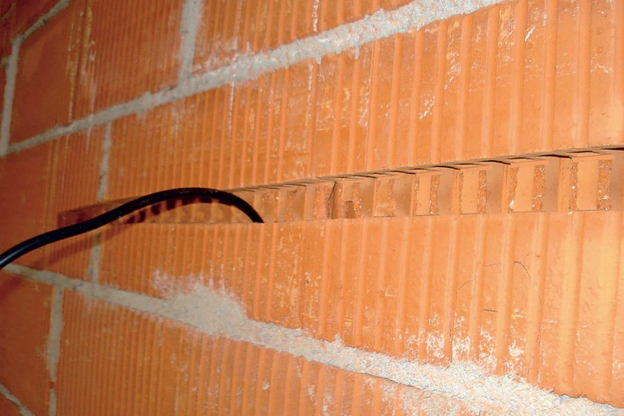 Drážky a výklenky v tehlovej stene