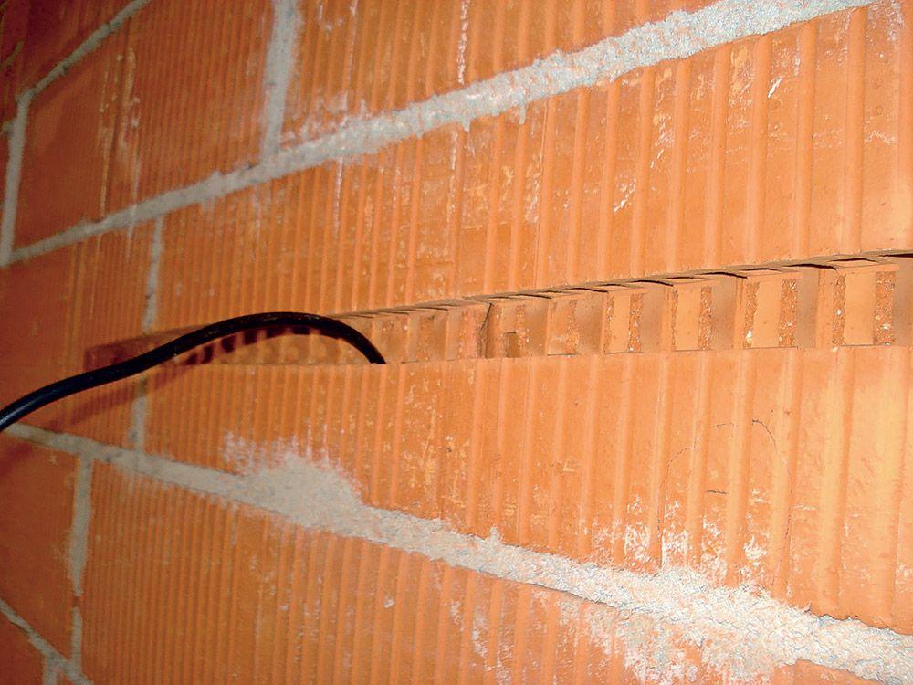 Drážka v tehlovej stene