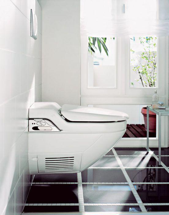WC misa so vstavanou nádržkou v modernej kúpeľni