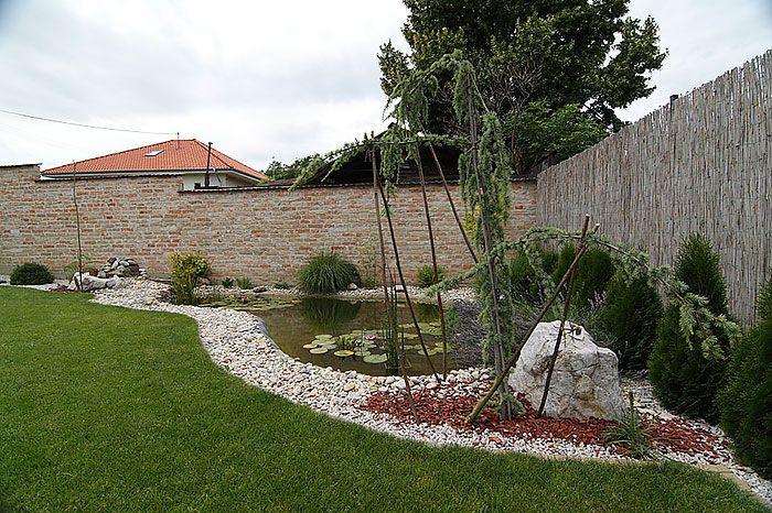 Z terasy je výhľad na jazierko v severozápadnom rohu pozemku a okolitú precízne udržiavanú zeleň. Dom dokončili asi pred dvoma rokmi, záhradka je teda stále mladá a podľa Romanových slov ešte nie je hotová – hoci návštevníkovi sa môže zdať všetko ako má byť, domáci pán už má naplánované, čo kde treba vysadiť.