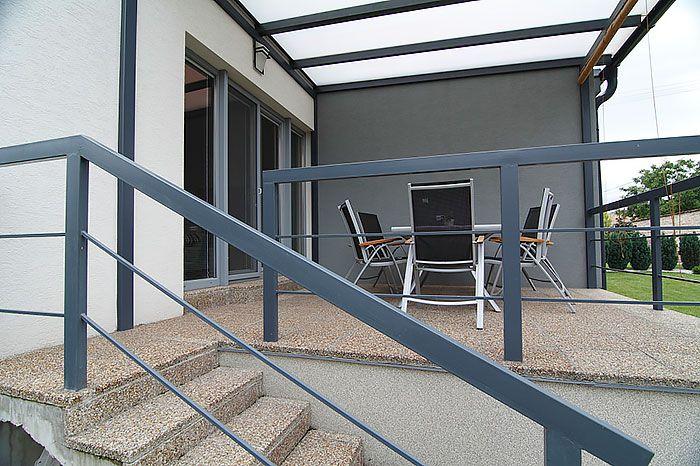 Z obývačky sa zasklenými dverami vychádza na terasu. Pre orientáciu a rozmery pozemku však neotvorili miestnosť k severnému výhľadu, ale do západnej časti záhrady.