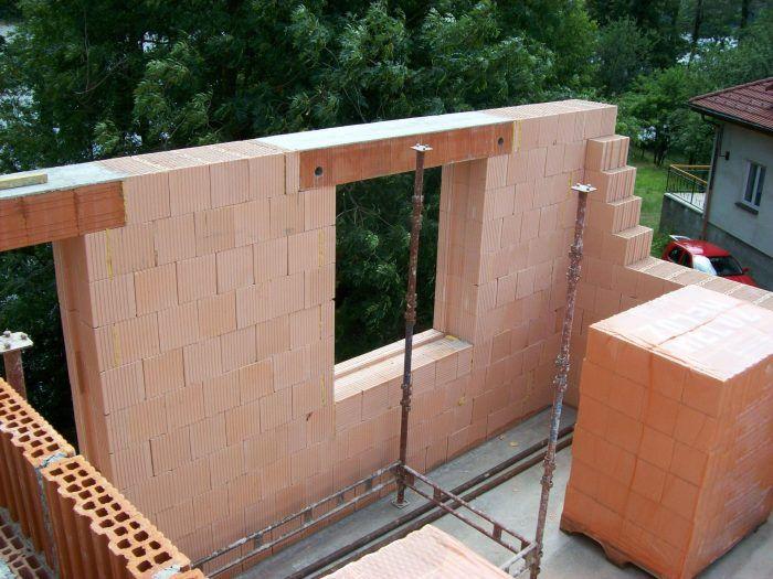 Preklad je ucelený kompletný výrobok, ktorý sa na stavbe osádza na nosné murivo obvodových stien.
