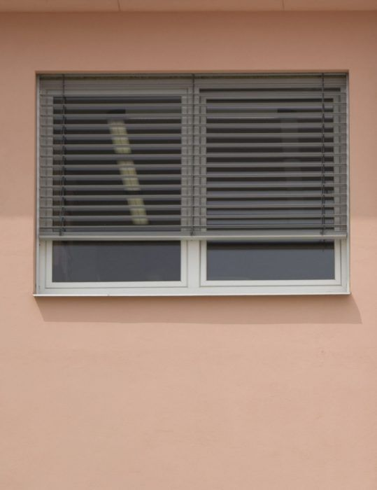Vonkajšie žalúzie sú vhodné do miestností s dlhším pobytom osôb počas dňa.