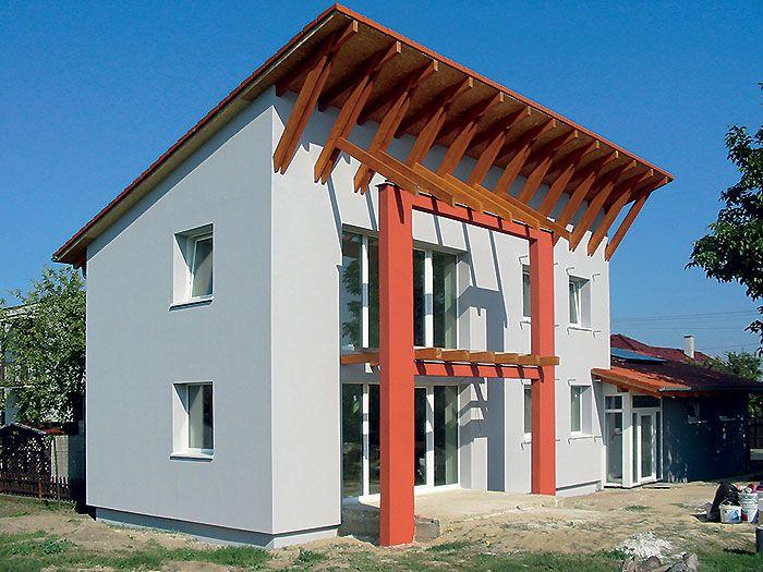 Na konštrukciu stropov a obvodových stien pasívneho rodinný dom v Pustých Úľanoch sa použil systém založený na murovaní z presných tehlových blokov, čo zlepšuje tepelnoizolačné vlastnosti steny a jej neprievzdušnosť. Masívny keramický materiál má zároveň aj výbornú akumulačnú schopnosť. Teplo, ktoré prijme v podobe zimných pasívnych solárnych ziskov, postupne uvoľňuje do interiéru. Na dosiahnutie parametrov pasívneho domu bolo potrebné steny ešte doizolovať minerálnou vlnou v hrúbke 250 mm. Táto izolácia sa použila aj v podlahách v styku s terénom a v streche (350 mm). Vylúčenie tepelných mostov je zabezpečené šikovným konštrukčným návrhom jednotlivých rizikových detailov.
