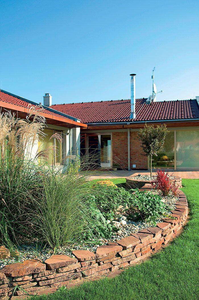 Nízkoenergetický rodinný dom postavený z tehál plnených minerálnou vlnou. Na dosiahnutie parametrov nízkoenergetického domu netreba takéto murivo dodatočne zatepľovať.