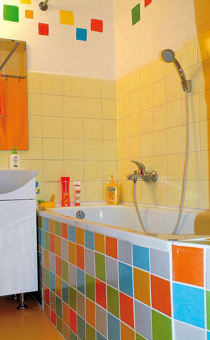 Aj v záchode vládnu radostné farby – biela a žltá – a steny zdobia motívy kvetov namaľované podľa závesu, ktorý zakrýva police s čistiacimi prostriedkami. Kúpeľňa je podobne optimistická, žltú tu však ešte oživili jasnou zelenou, modrou a oranžovou. Pri maľovaní stien sa inšpirovali obkladom vane – pestré štvorce vo farbách obkladačiek podporili optimistický vzhľad miestnosti. Keďže kúpeľňa je pomerne malá, vybrali sem obkladačky s menšími rozmermi.