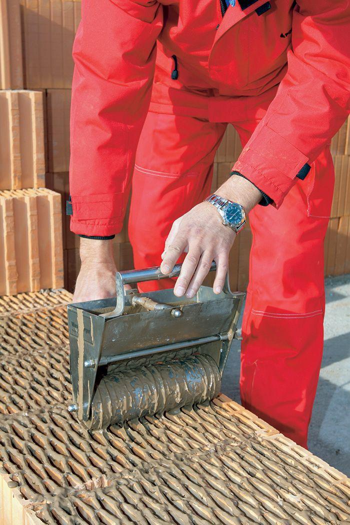 Celoplošné lepidlo sa nanáša v hrúbke 3 mm tak, aby lepidlo prekrývalo celoplošne aj dutiny tvaroviek. Po osadení tehly do maltového lôžka sa malta stlačí a konečná hrúbka škáry bude 1 mm. Tvarovka sa musí osadiť najneskôr do ôsmich minút po nanesení malty, počas tohto času ju možno ľahko upravovať do požadovanej roviny. Murivo vymurované na celoplošnú tenkovrstvovú maltu vykazuje až o 30 % vyššiu pevnosť ako murivo na tenkú škáru.