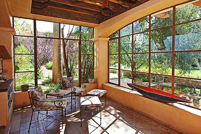 V dome Mela Gibsna sa, samozrejme, myslelo na relax a pohodlie – nechýba romantická zimná záhrada, wellness priestory ani posilňovňa susediaca s premietacou sálou. Súčasťou záhrady je okrem obligátneho bazéna a tenisových kurtov napríklad aj pôsobivá vonkajšia šachovnica s takmer meter vysokými figúrkami či krytá terasa s grilom.