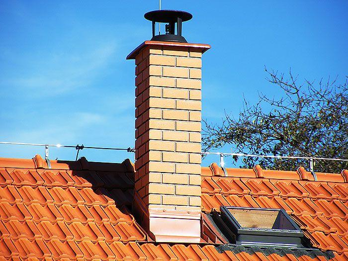Nezanedbajte prevýšenie komína nad plochou strechy.