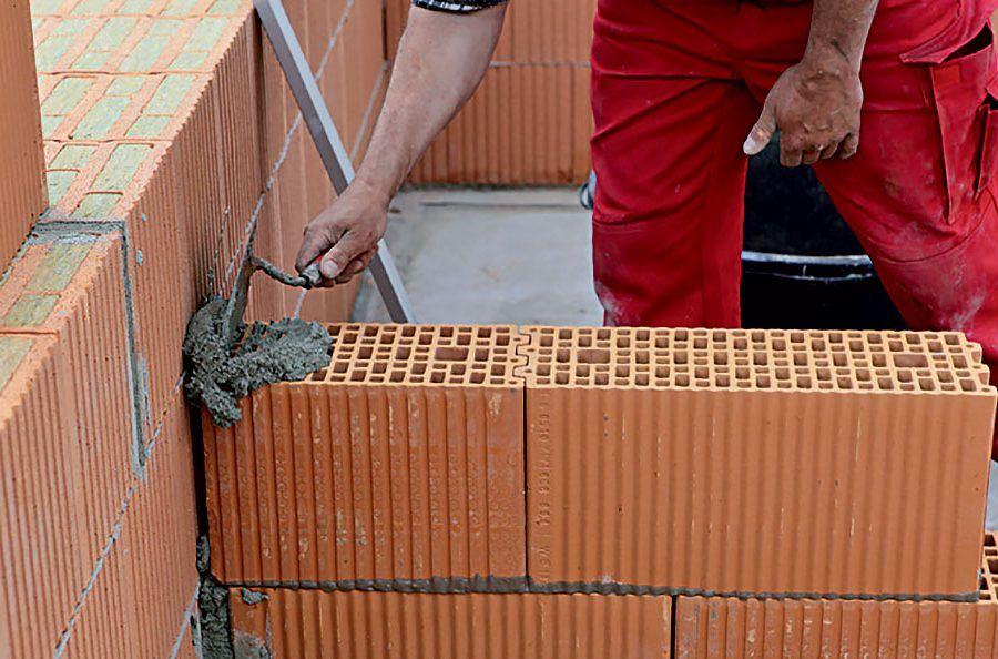 Napojenie priečky na stenu z brúsených tehál