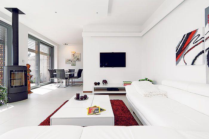 Interiér v bielom, na podlahe obývacej izby spomínaná dlažba