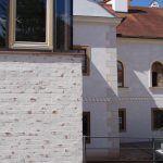 Dostavba dotvára dôležitý urbanistický priestor súčasnou stavbou.