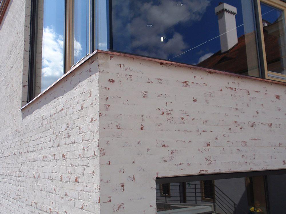 Dostavba sa materiálom, štruktúrou i farebnosťou približuje okolitým budovám, najmä budove internátu.