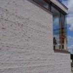 Dostavba má mimoriadne nápaditú fasádu pozostávajúcu z lícových tehál pretretých kalinovou maltou.