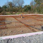 Uložená kari sieť pred betonážou dosky.