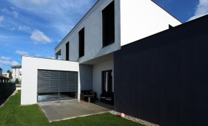 Na dome sú inteligentné žalúzie, vďaka ktorým možno regulovať prístup svetla do interiéru a obmedziť prípadné prehrievanie v letných mesiacoch.