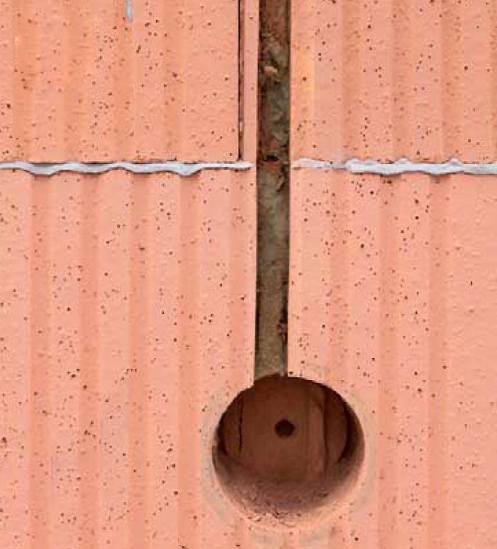 Správne vyhotovený otvor na elektrické vedenie v tehlovej stene.