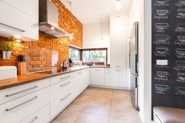 Kuchynská zástena z tehly? Nič nezrealizovateľné. Stačí, ak v časti najväčšišho rizika zašpinenia, chránite stenu napríklad vysokoodolným sklom.