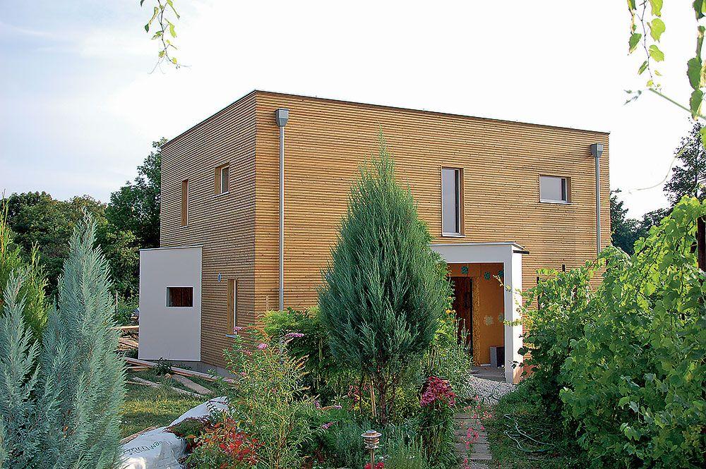 Dom vo forme kocky, alebo aspoň jej príbuznom tvare, sa javí pre nízkoenergetické objekty ako najvhodnejší – s dostatočným využiteľným vnútorným priestorom a bez veľkých ochladzovaných plôch obvodových konštrukcií.