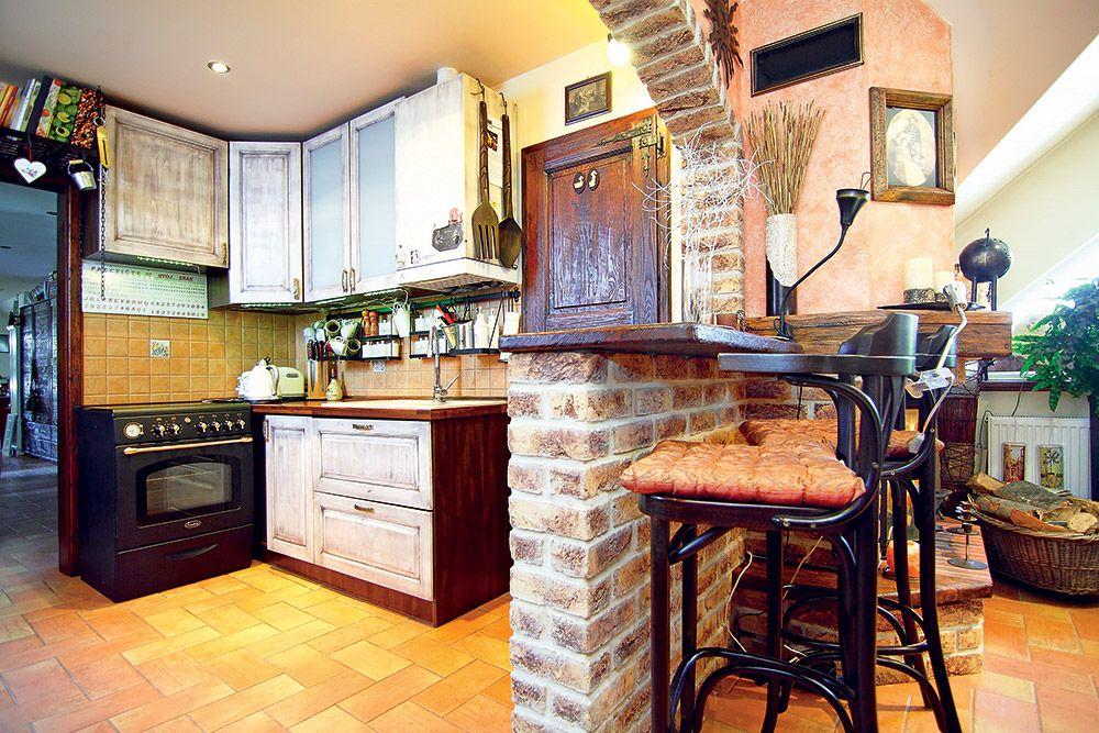 Kuchynská linka je, ako inak, z dreva. Z kuchyne sa jedným krokom dostanete do obývacej časti. Práve tehlový obklad ich vizuálne prepojil.