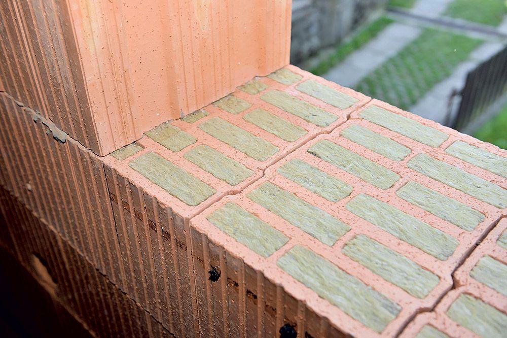 Tepelno-technické vlastnosti steny z brúsených tehál je možné vylepšiť použitím tvárnice s dutinami vyplnenými čadičovou vlnou. Stena hrubá 365 mm omietnutá z oboch strán dosahuje tepelný odpor RU = 4,88 m2 . W/K a súčiniteľ prechodu tepla Uext = 0,2 W/(m2 . K) pri ustálenej vlhkosti 1 %.