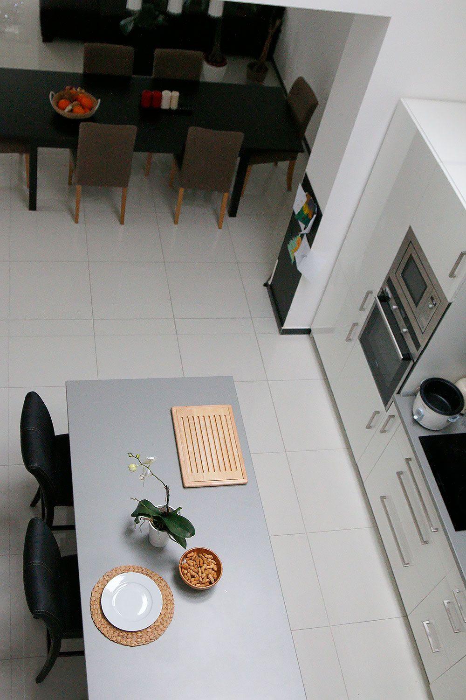 Pohľad na kuchyňu z mostíka na poschodí