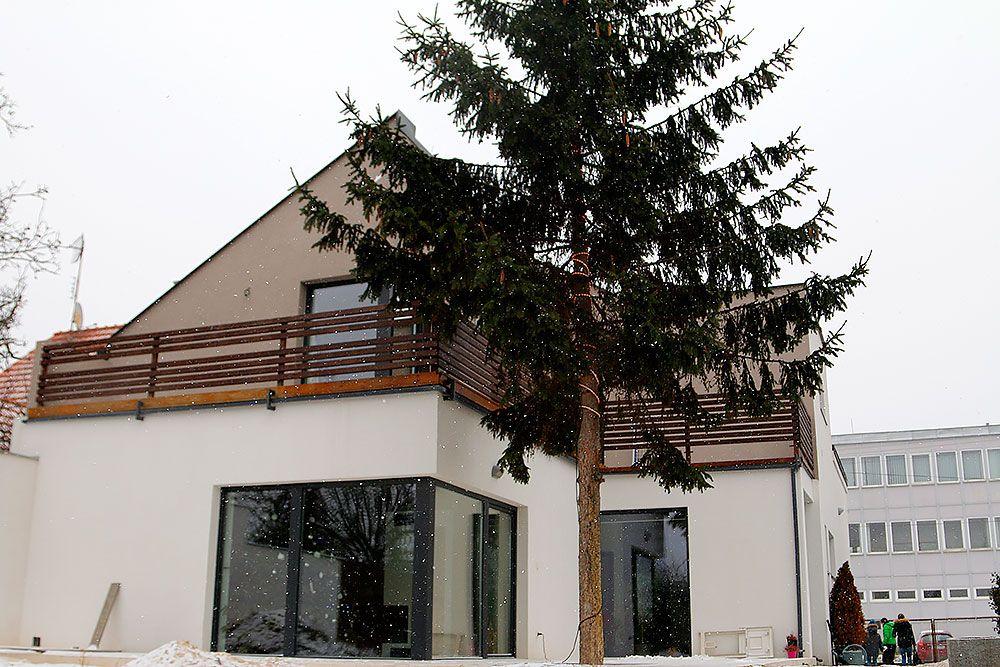 Výhodou rekonštrukcie staršieho domu sú stromy, na ktoré nemusíte roky čakať, kým dorastú.