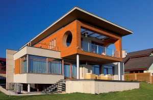 Rodinný tehlový dom s pultovou strechou.