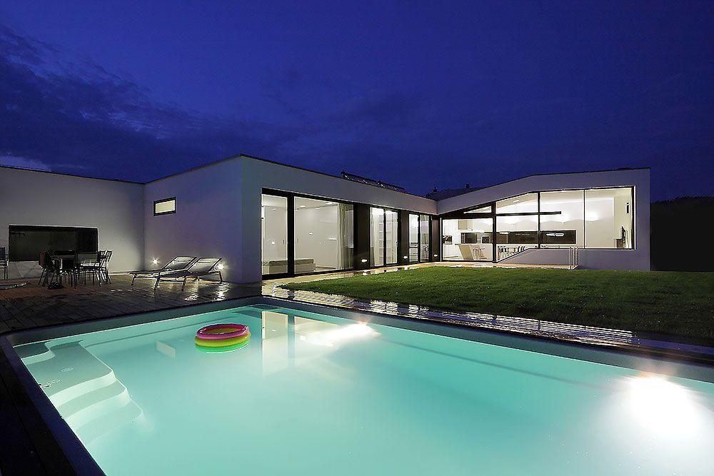 Dom zlomu je v podstate jednopodlažný a všetky obytné miestnosti sú orientované do spoločnej záhrady, čo mu dáva výrazne rodinný charakter. V lete žijú jeho obyvatelia často na letnej terase a hojne využívajú vonkajší bazén. V tomto období je dojem z domu naozaj relaxačný, pohodový až kúpeľný.