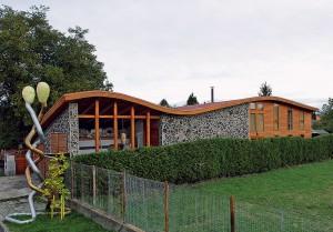 Tvar strechy odkazuje na figuratívnu tvorbu majiteľa – sochára Michala Trpáka.