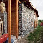 Zaujímavá fasáda z kameňa a dreva.