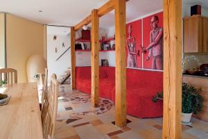 Drevená konštrukcia stavby je v obytnej miestnosti priznaná.
