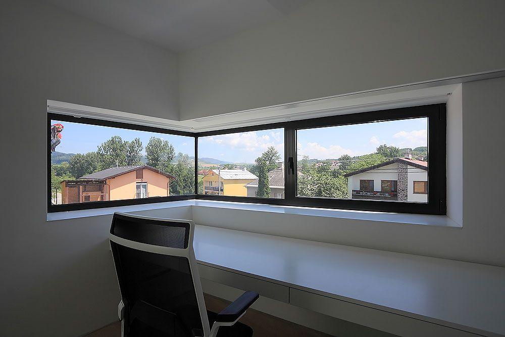 Veľké rohové okno v pracovni, využiteľnej aj ako hosťovská izba, umožňuje panoramatický výhľad na okolie.
