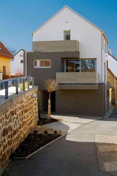Hlavné priečelie domu smeruje na severovýchod. Z voľného cípu pozemku vedie vstup do samostatnej obytnej jednotky na prízemí. Na horných poschodiach zdobia priečelie dve terasy so zábradlím z cementových dosiek.