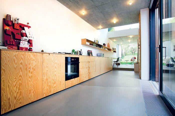 Jednotlivé zóny na seba v dlhom priestore nadväzujú prirodzene a plynule – obývačka prechádza do jedálne, pokračuje kuchyňou a končí sa pracovňou.